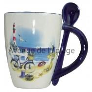 Mug + cuillère avec décor marin en relief : la plage en vélo.
