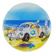 Dessous de plat rond en verre : la voiture Cox à la plage
