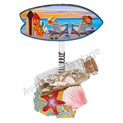 Bouteille sable et coquillages avec surf sur ressort