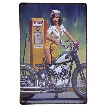 Plaque vintage Pin-up faisant le plein de sa moto