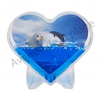 Cadre photo coeur phoque dans l'eau bleue