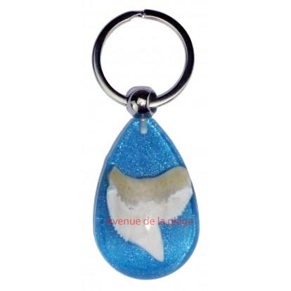 Porte clefs bleu avec véritable dent de requin pas cher.