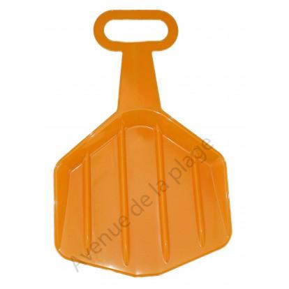Luge pelle à neige et sable orange.