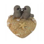 Couple de phoques sur coeur de sable