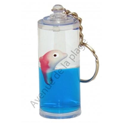 Porte clés dauphin dans la mer bleue.