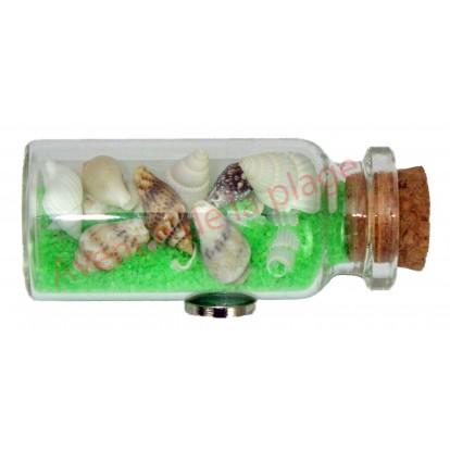 Magnet bouteille de sable vert et coquillages.