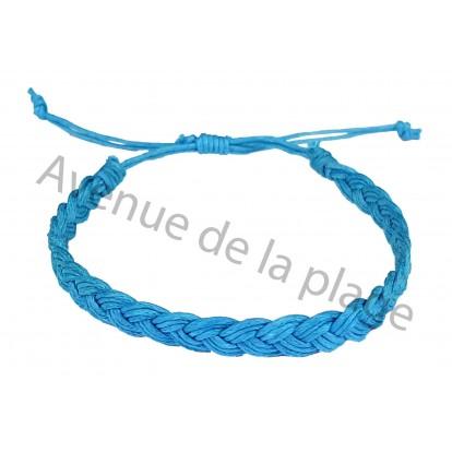 Bracelet tressé bleu.