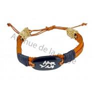 Bracelet plat en cuir et signe tribal