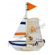 Voilier design avec voile en bois et filet de pêche
