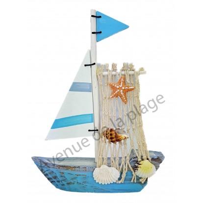 Voilier design avec voile en bois et filet de pêche, bleu.