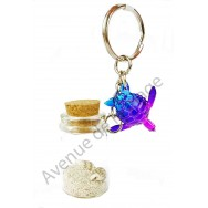 Porte clés bouteille de sable et tortue de mer bleue et violette, modèle A.