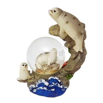 Phoque sur rocher et boule à neige